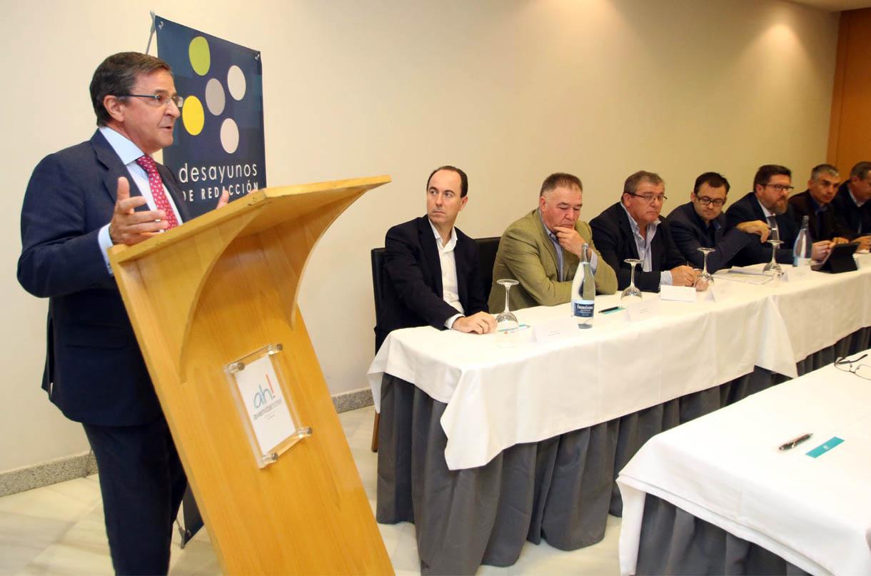 Francisco Rapún, director general de Cajasur, en su ponencian en el desayuno de redacción de Diario de Almería